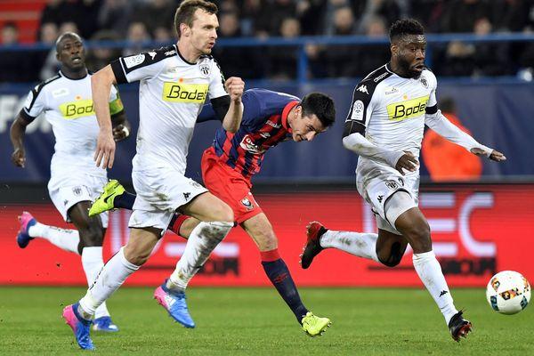 28 ème journée du championnat de France de Ligue 1 Caen - Angers Julien Feret (c) entre Romain Thomas (g) et Ismael Traoré (d)