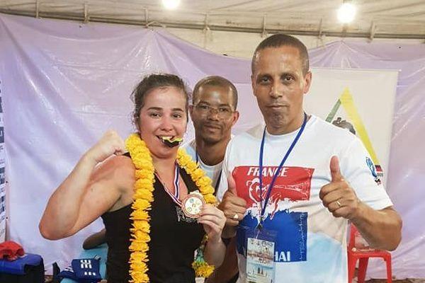 La championne de boxe Sonia Choukar et son entraîneur Bob Baoudi en Thaïlande lors des championnats du monde