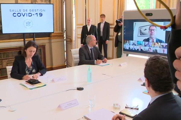 Emmanuel Macron en visio-conférence avec les grands chefs