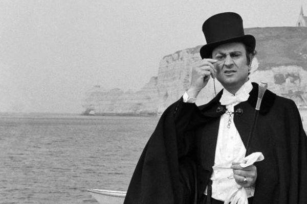 L'acteur français Georges Descrières pose sur une plage d'Etretat (Normandie), habillé en Arsène Lupin. Il est mort le 19 octobre 2013.