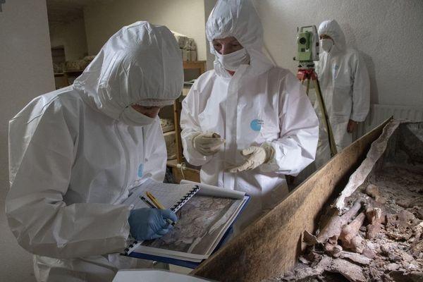 Dépouille de Montaigne : les chercheurs ont découvert un squelette entier lorsqu'ils ont ouvert le contenant en plomb ces derniers jours. Aucune certitude à l'heure actuelle pour savoir s'il s'agit du philosophe bordelais.