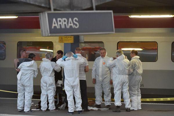 Les policiers sur le quai de la gare d'Arras, où le terroriste a été arrêté le 21 août 2015.