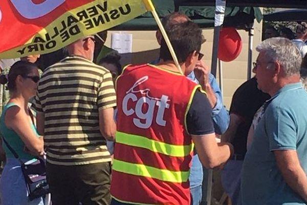 Les salariés ont manifesté devant leur usine de Chateaubernard (Charente) pour dénoncer les conséquences des suppressions de postes annoncées.