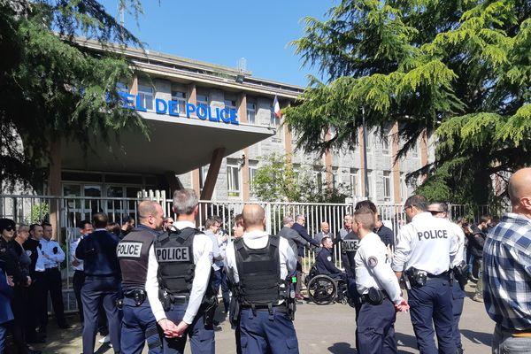 Les policiers de Rennes rassemblés devant le commissariat