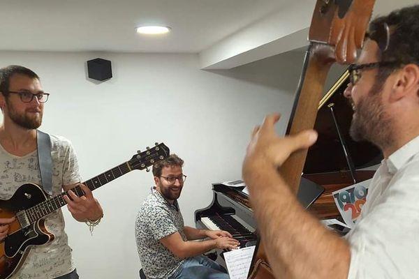 Premier live en ligne assuré par Anthony Jambon (guitare), Laurent Coulondre (piano) et Jérémy Bruyère (contrebasse)