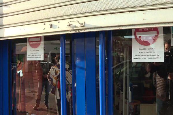 """Les commerces """"non-essentiels"""" ont laissé leurs portes fermées ce matin, pour quatre semaines."""