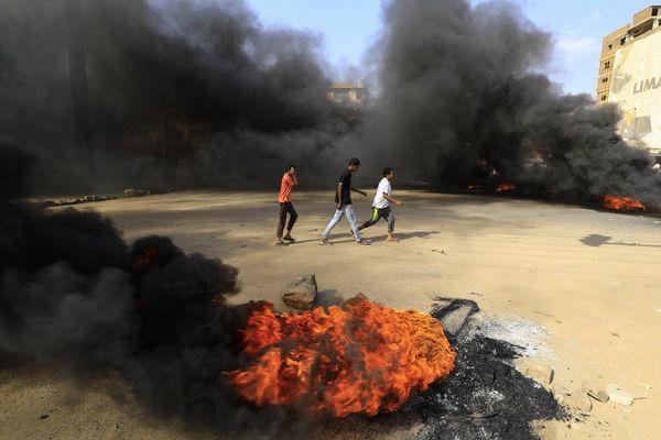 Des manifestants bloquent l'une des rues de Khartoum (Soudan) pour dénoncer le coup d'Etat militaire, lundi 25 octobre 2021.