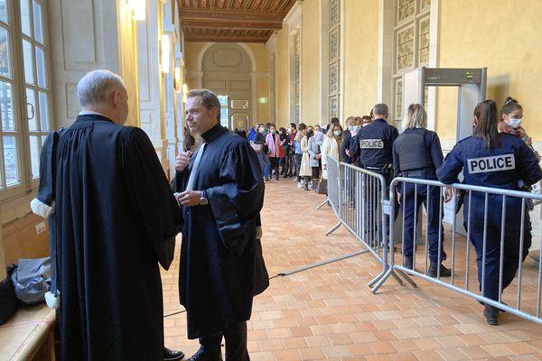 Des avocats des parties civile dans l'affaire Dorian Guémené , à l'entrée de la salle de la Cour d'Assises, jeudi 21 octobre 2021.