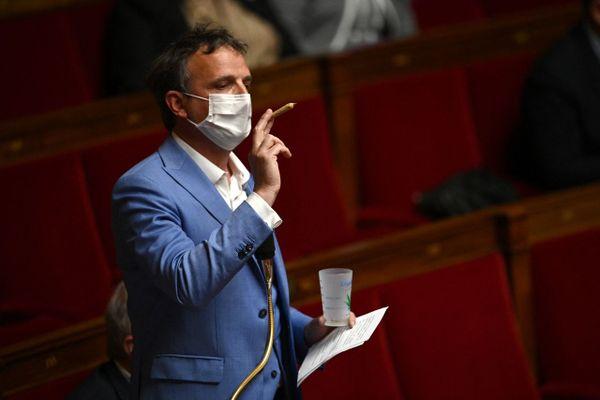 Le député pro-légalisation du cannabis François-Michel Lambert a brandi mardi un joint dans l'hémicycle de l'Assemblée nationale.