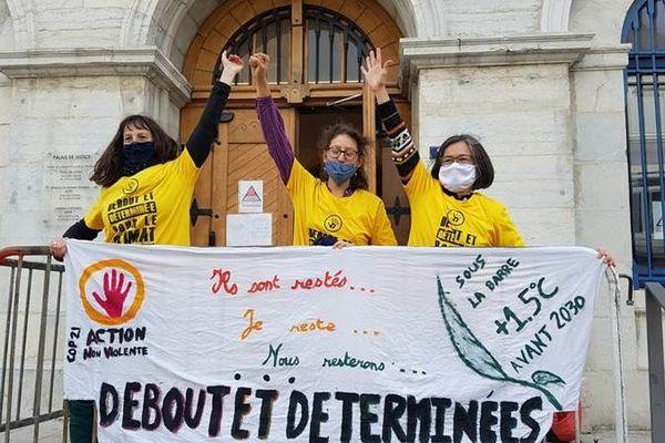 Les trois décrocheuses du portrait d'Emmanuel Macron en avril 2019, ont été relaxées par le tribunal de Valence (Drôme), vendredi 13 novembre.