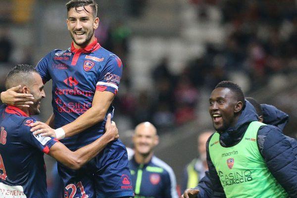 08/11/15 - Troisième victoire d'affilée pour Ajaccio, qui enfonce Reims (2-1)