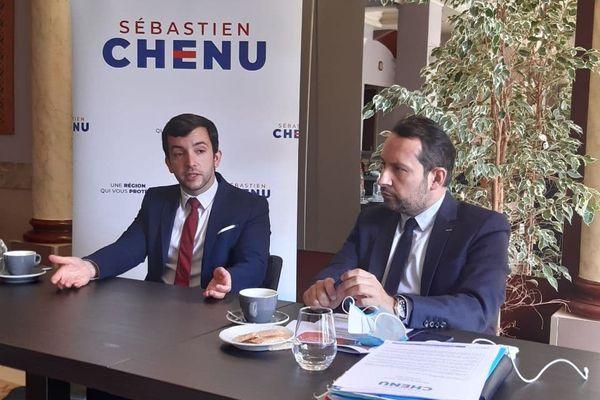 Sébastien Chenu, tête de liste RN pour les élections régionales 2021 en Hauts-de-France avec Jean-Philippe Tanguy lors de la conférence de presse à Montdidier dans la Somme le 21 avril 2021