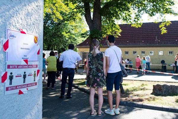 Habitants de Warendorf (Nord de l'Allemagne) attendant pour un test covid19 le 25 juin 2020