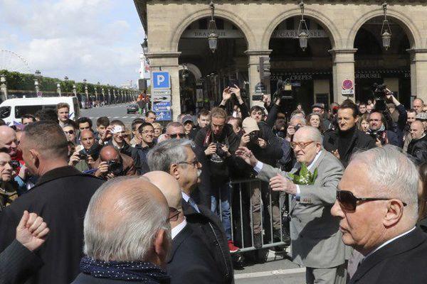Jean-Marie Le Pen a rendu hommage à Jeanne d'Arc ce mardi 1er mai, place des Pyramides à Paris.