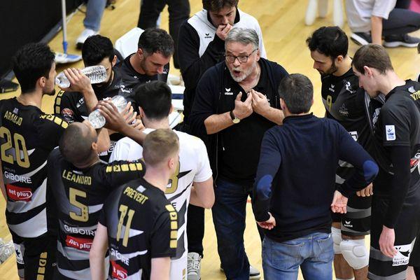 L'entraîneur Nikola Matisajevic et les joueurs du Rennes Volley 35 lors de la saison dernière en Ligue A.