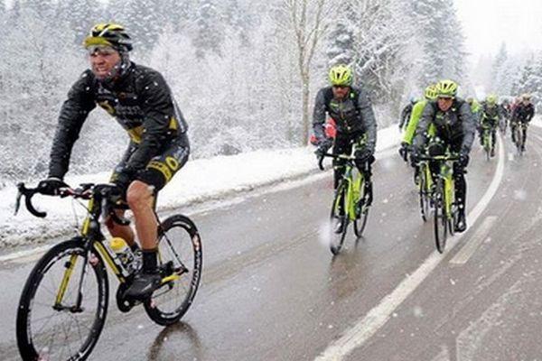 """L'annulation due à la neige de la troisième étape de Paris-Nice, mercredi, entre Cusset et le Mont Brouilly, dans le centre-est de la France, est la troisième en 25 ans dans l'histoire de la """"course au soleil""""."""