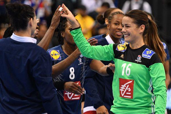 La joie de Cléopâtre Darleux et de ses co-équipières après leur victoire contre Le Paraguay lors du mondial en Allemagne