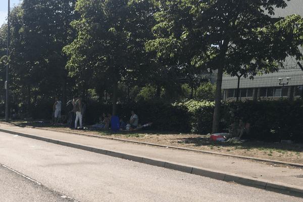 Le campement de Blida est saturé, les migrants doivent s'installer le long de l'avenue
