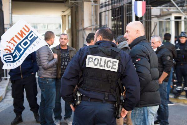 Le syndicat Unité SGP/FO Police manifeste devant un commissariat de Marseille le 11 octobre 2016 après l'agression de plusieurs policiers.