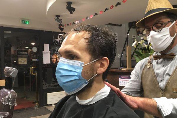 Marc Mauny, le coiffeur barbier de Mayenne, a ouvert dès le début du déconfinement à 0 heures, le 11 mai 2020