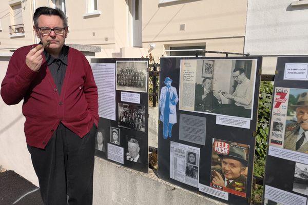 Daniel Taillé devant son exposition sur Jean Richard, célèbre pour son rôle de Commissaire Maigret