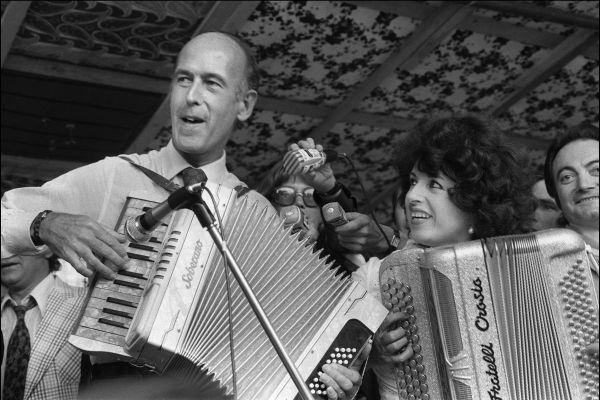 Valéry Giscard d'Estaing à l'accordéon avec Yvette Horner, une image insolite.