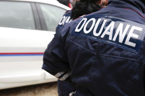 Cinq individus ont été interpellés après avoir commandé du cannabis sur le darknet.