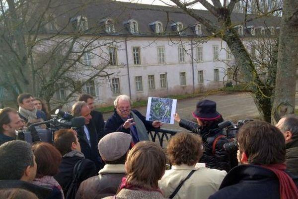 Des journalistes parisiens découvrent le site de la future Cité internationale de gastronomie et du vin.