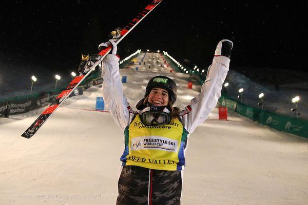 Perrine Laffont fête sa victoire à la coupe du monde FIS Freestyle aux Etats Unis le 6 février dernier