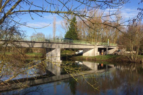 Le pont de Vanneau-Irleau fatigue. Il a été rénové par le conseil départemental, à hauteur de 650 000 euros.