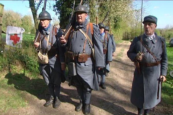 Le barda des soldats en 1917 pesait près de 35 kilos.