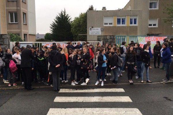Les élèves empêchés d'entrer dans le collège Surcouf à saint-Malo