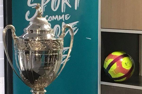 La coupe de FRance exposée à Pontivy pour les 32e de finale.
