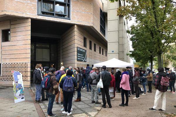 Une quarantaine de manifestants sont rassemblés devant la cité judiciaire depuis 8h45