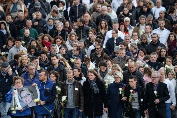 Jonathann Daval entouré de sa belle famille, lors de la marche blanche en l'honneur d'Alexia Daval, en 2017.
