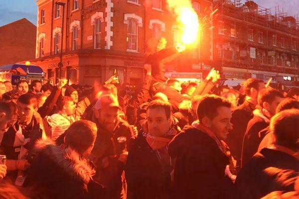 Les supporters du Stade rennais ont mené un cortège impressionnant jusqu'à l'Emirates stadium, deux heures avant la rencontre contre Arsenal.