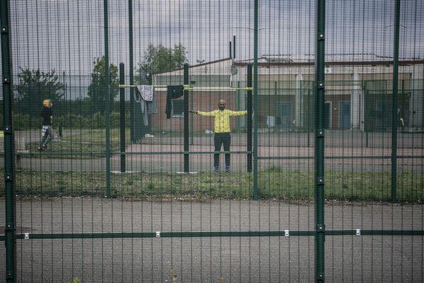 Un homme fait de l'exercice à l'intérieur du centre de détention administrative du Mesnil-Amelot (93), au nord de Paris, le 6 mai 2019.