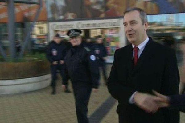 Denis Robin, préfet du Pas-de-Calais, à sa sortie du centre commercial des 4B à Calais.