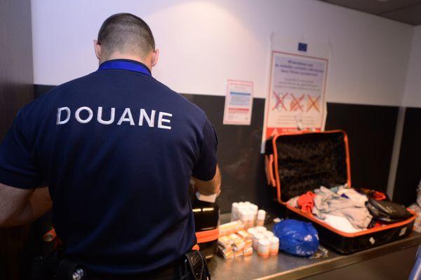 Un contrôle de bagages par les douaniers à l'aéroport de Lyon-Saint-Exupéry. Le transport de marchandises est en effet soumis à réglementation.