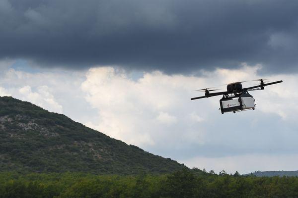 Un drone livreur de colis de la société DPD, filiale du groupe La Poste, dans le Var en 2016.
