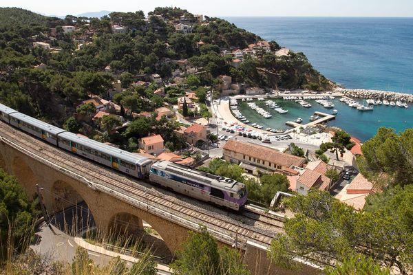 Ce train relie des petits ports de plaisance de la Côte bleue.