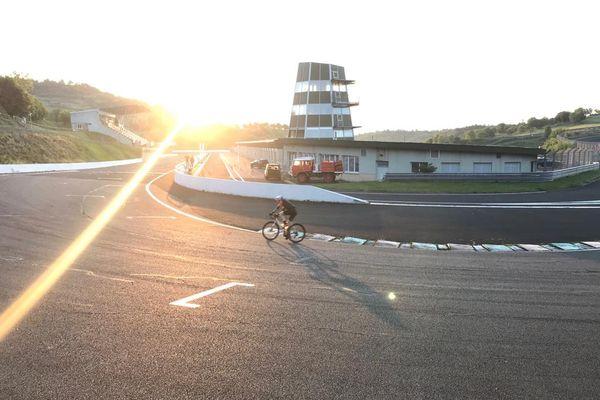 Seul ou presque au petit matin sur le circuit de Charade après 12 heures de vélo quasi non-stop pour le cycliste Sylvain Georges