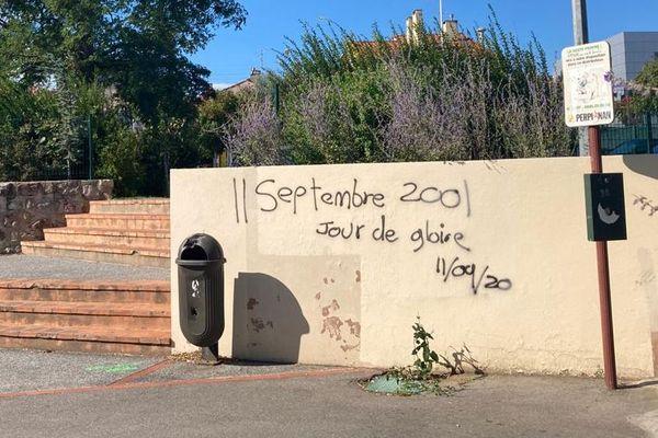 """Perpignan : un tag sur le mur du collège Camus fait l'apologie du terrorisme """"11 septembre 2001, jour de gloire"""" - 11 septembre 2020."""