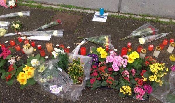 Lundi matin, quelques fleurs devant l'entrée du magasin Leclerc témoigne de l'émotion des salariés après le suicide de Maxime.