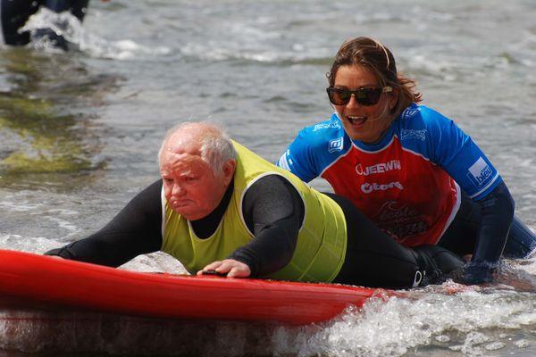 Hélène Rouault à été la première en France à accompagner les résidents d'une Ehpad en session de surf