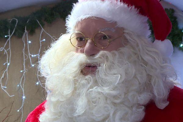 Il est bien là ! Le père Noël en personne a décidé de se rendre au marché de Noël de Bergerac, le seul maintenu dans le Périgord cette année.