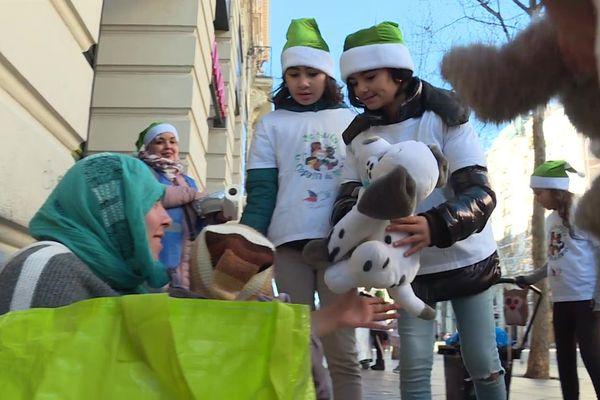 Les Copains du Monde ont distribué des jouets et des repas chauds aux enfants