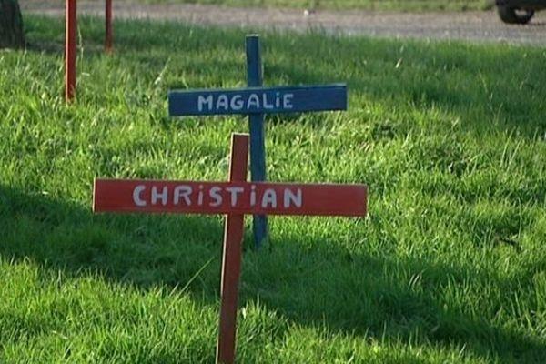 Des croix pour symboliser le licenciement des salariés de Leblon-Delienne et la mort de leur entreprise placée en liquidation judiciaire.