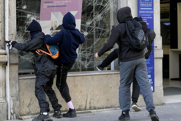 """Le 25 février 2019, en marge d'une manifestation de """"gilets jaunes"""", des casseurs s'en prennent à une agence bancaire, avenue Jean Jaurès à Lyon."""