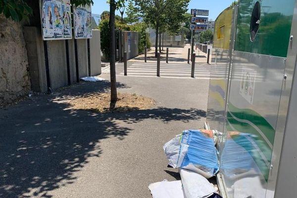Illustration. Un homme a été interpellé dimanche à Marseille, alors qu'il arrachait des affiches de campagne devant un bureau de vote.